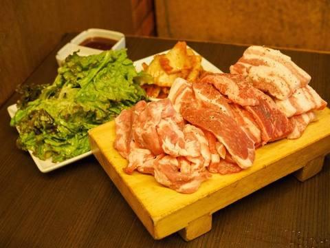 頼みすぎ注意!肉600g、野菜、キムチ1580円の「赤字セット」を一心不乱に食べてみた