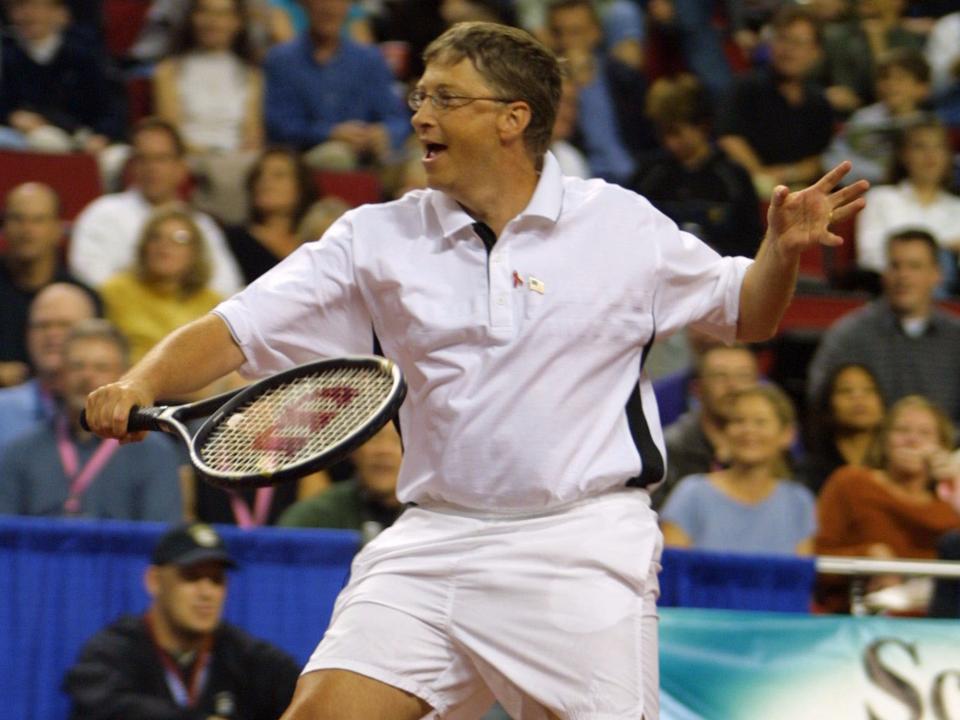 テニスに興じるビル・ゲイツ