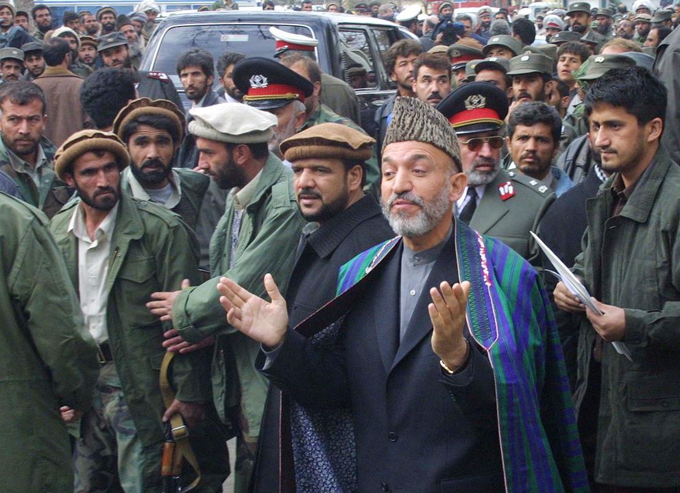 暫定行政機構のハーミド・カルザイ議長