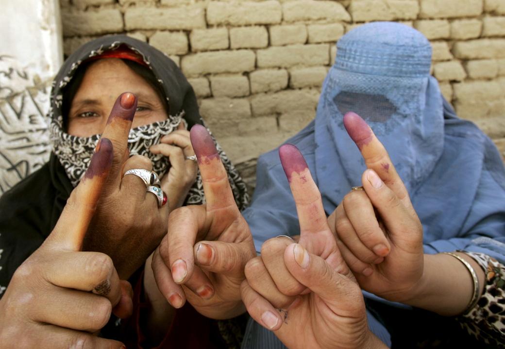 染めた指先を見せるアフガニスタンの女性たち