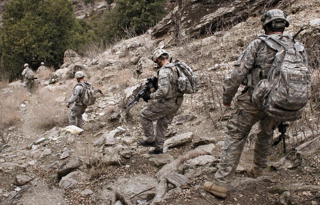 山道を降りる米兵