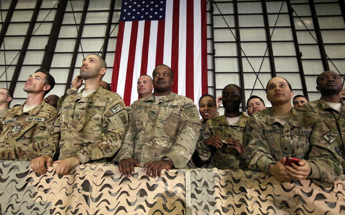 演説に聞き入る米軍兵士たち