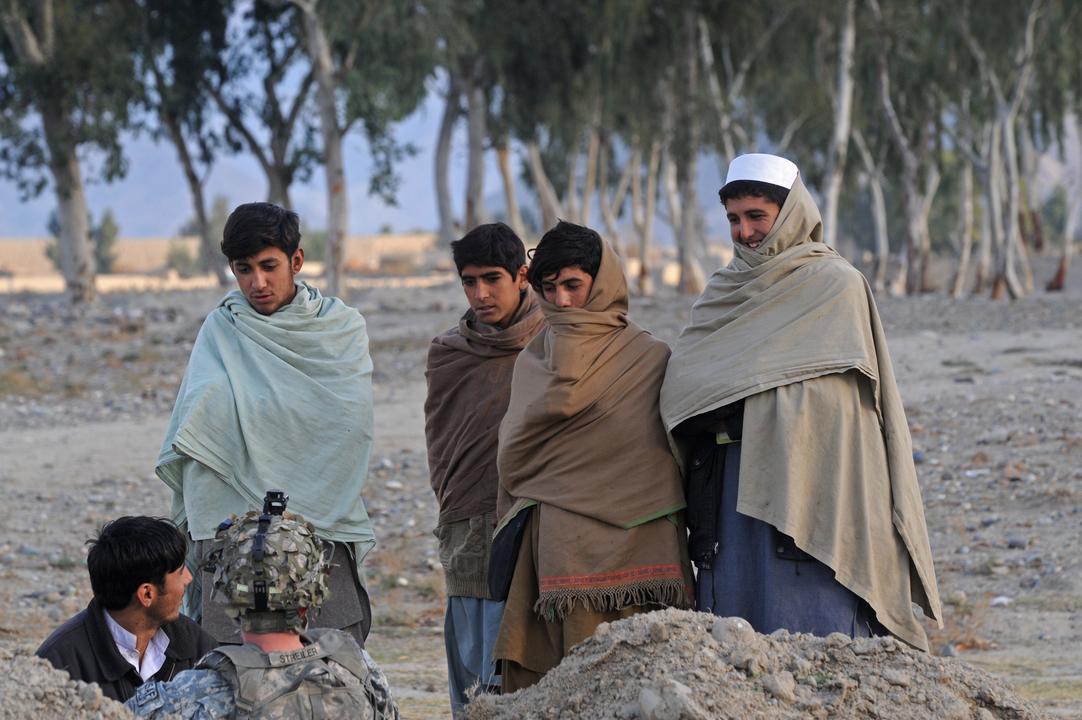 米兵と言葉を交わすアフガニスタン人たち