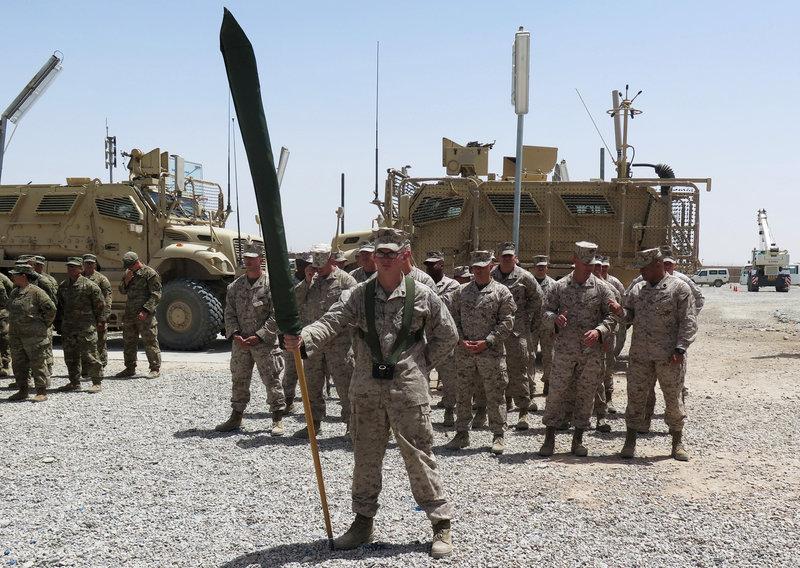 整列する米海兵隊員