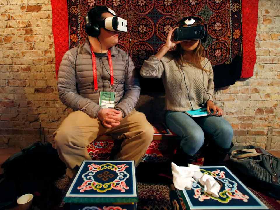 VRヘッドセットを装着する人々