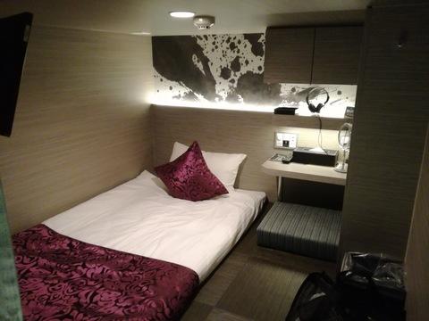 これで一泊3900円、大阪発「超進化型カプセルホテル」の実力を試す