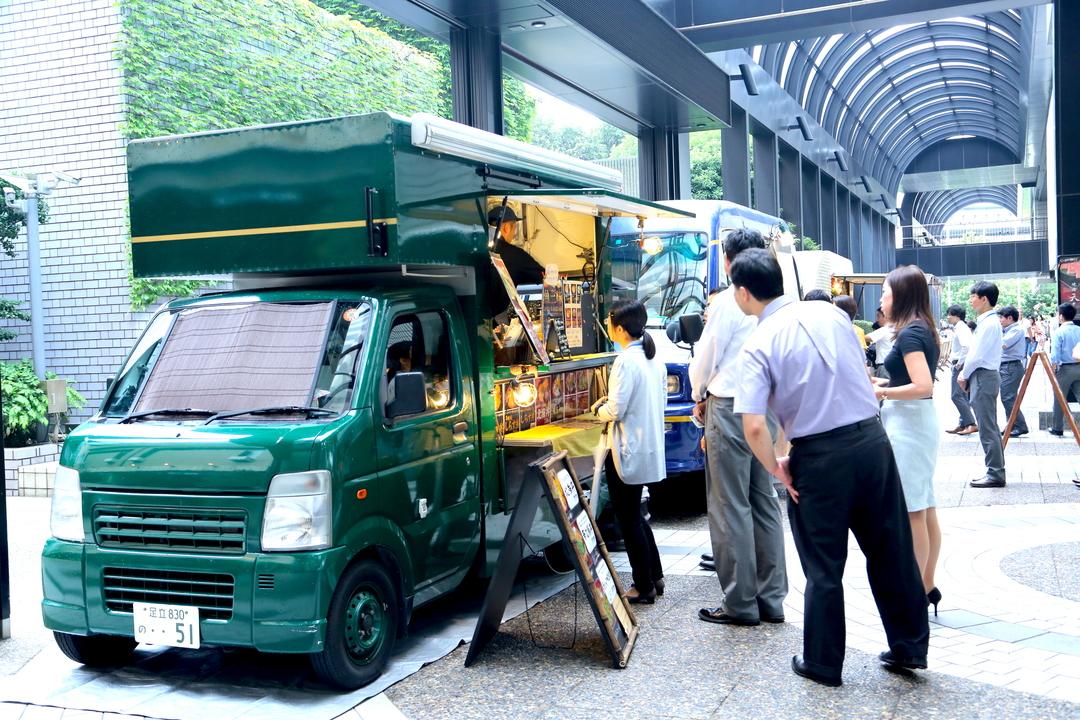 赤坂アークヒルズ・カラヤン広場のフードトラック
