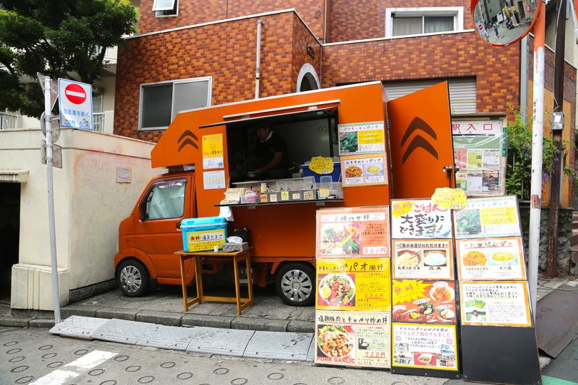 「ガパオ丼」を展開するスマイルデリのフードトラック