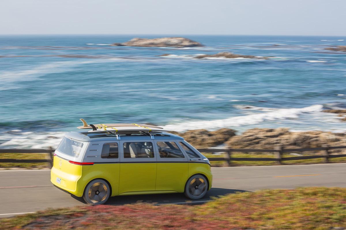 海辺を走るマイクロバス、右後方からのショット