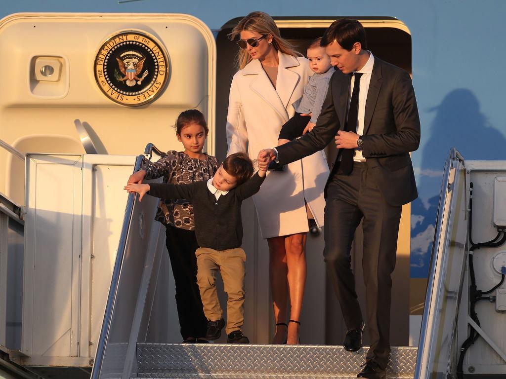 家族と飛行機から降りてくるイヴァンカ