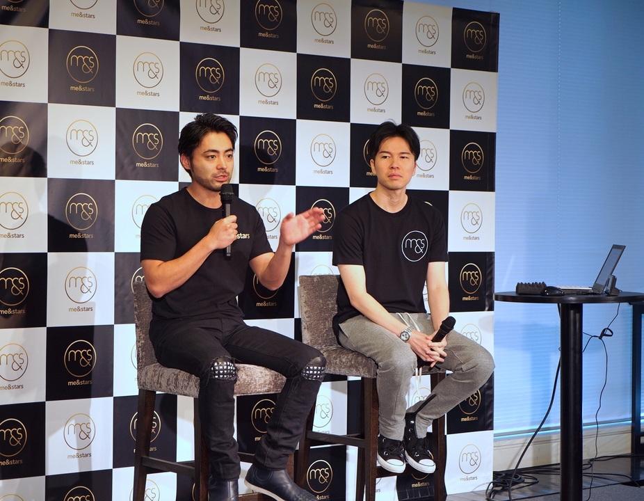 会見でライブコマース事業を説明する山田孝之氏と佐藤俊介氏
