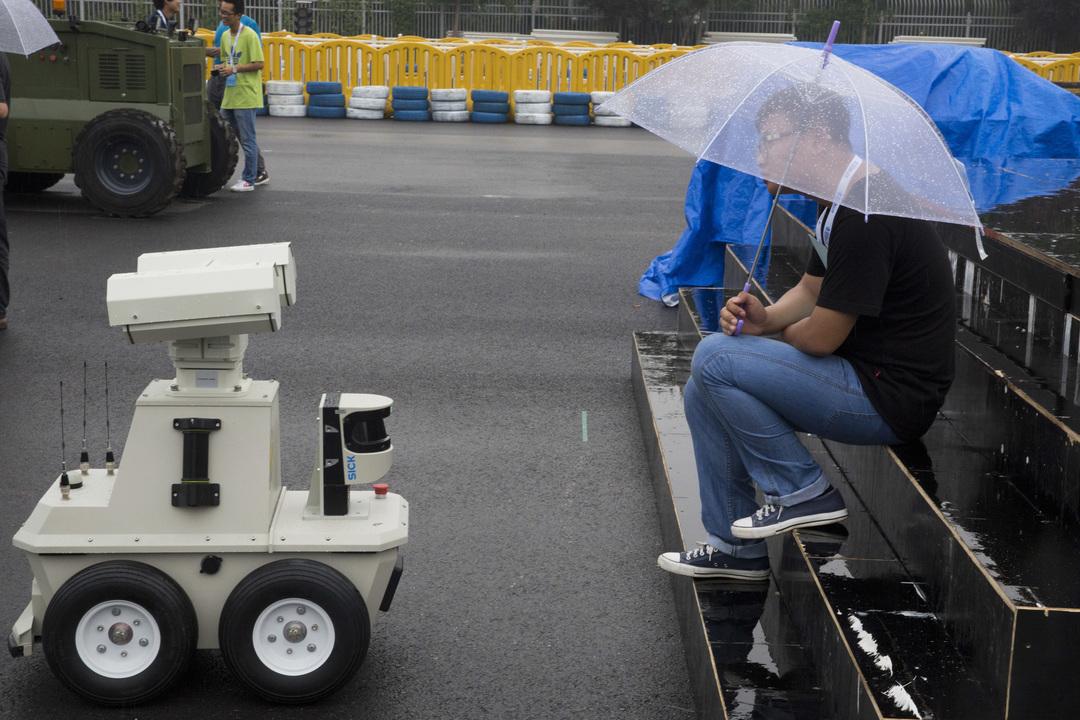 雨の中の人とロボット