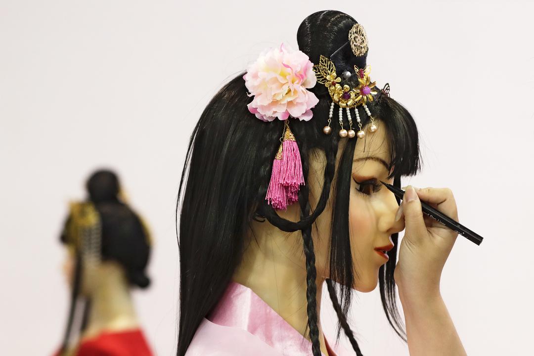 お化粧を施される人型ロボット