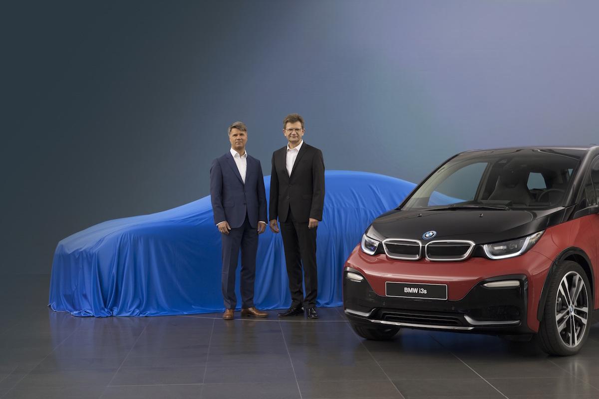 BMW「i3s」と、ブルーのベールに包まれた1台……