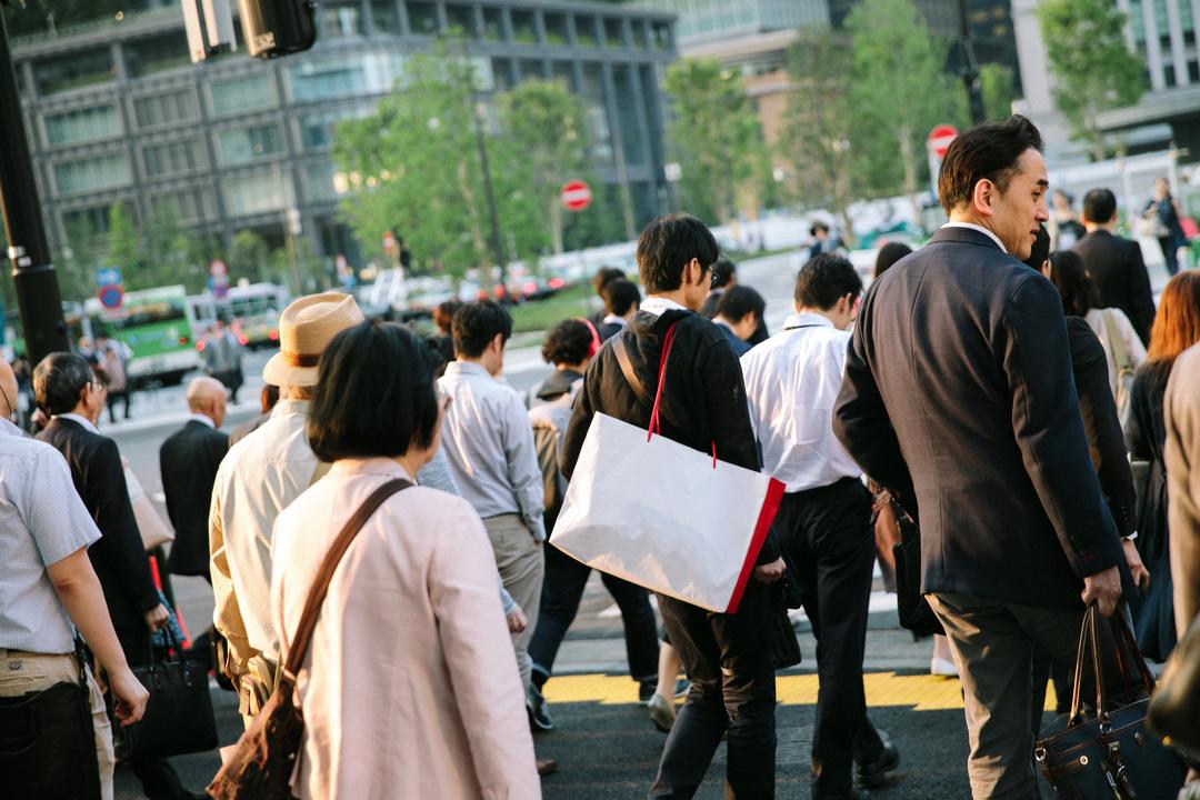 街中の通行人風景