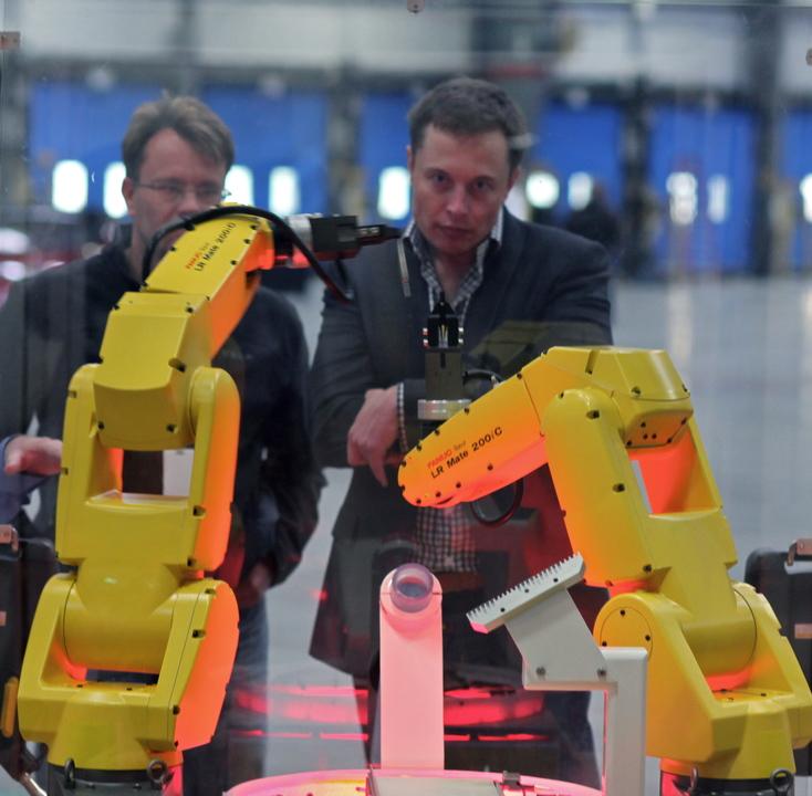 ロボットを視察するマスク