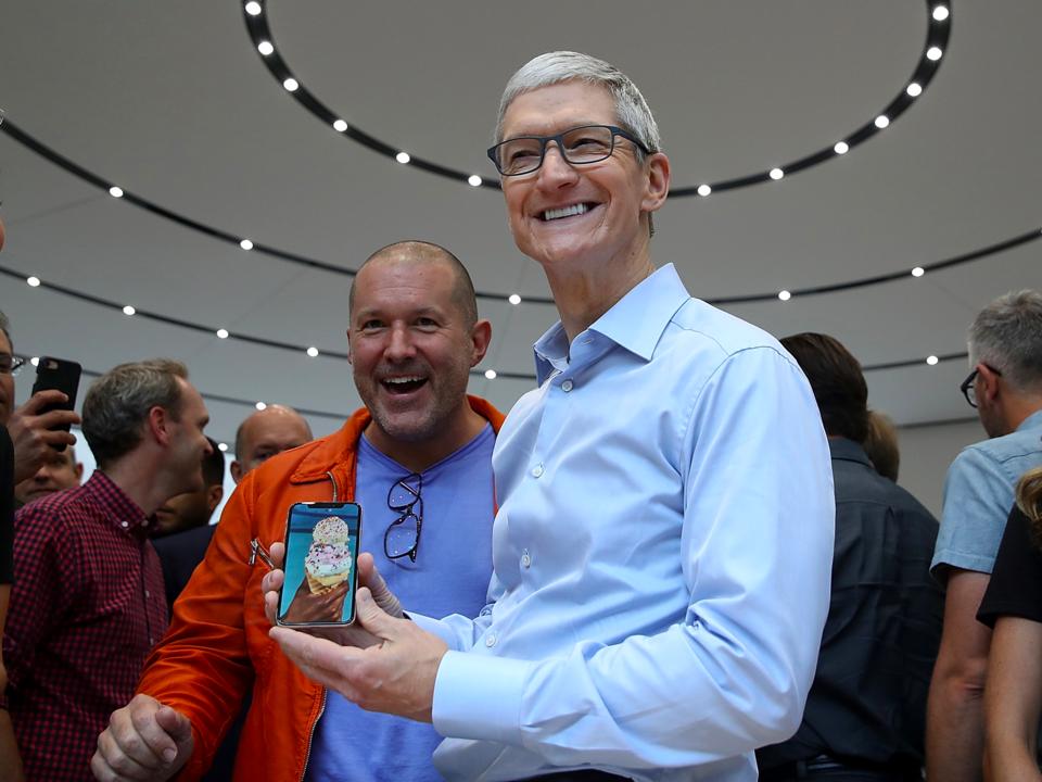 iPhone Xを紹介するCEOティム・クック氏とチーフ・デザイン・オフィサーのジョナサン・アイブ氏。