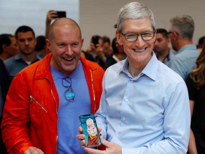 iPhone Xを手にするティム・クック氏とジョナサン・アイブ氏。