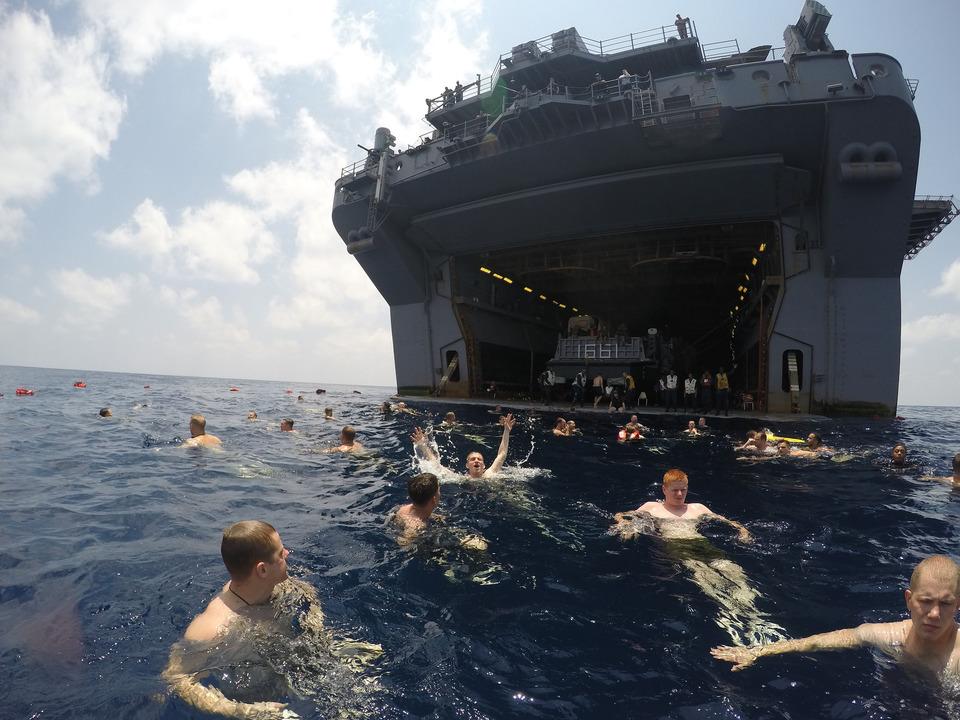 アデン湾で泳ぐ強襲揚陸艦イオー・ジマの海軍兵と海兵隊員たち