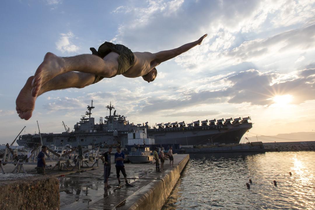 ヨルダン、アカバの海に飛び込む強襲揚陸艦キアサージの海兵隊員