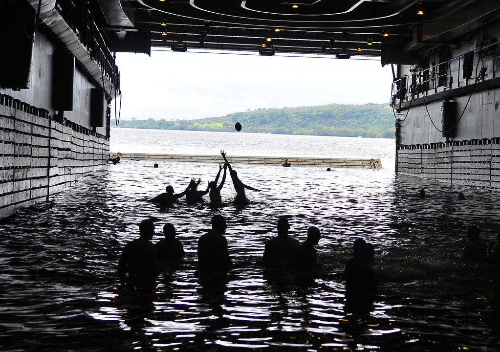 ドック型輸送揚陸艦クリーブランドの海軍兵たちがフットボールを楽しむ