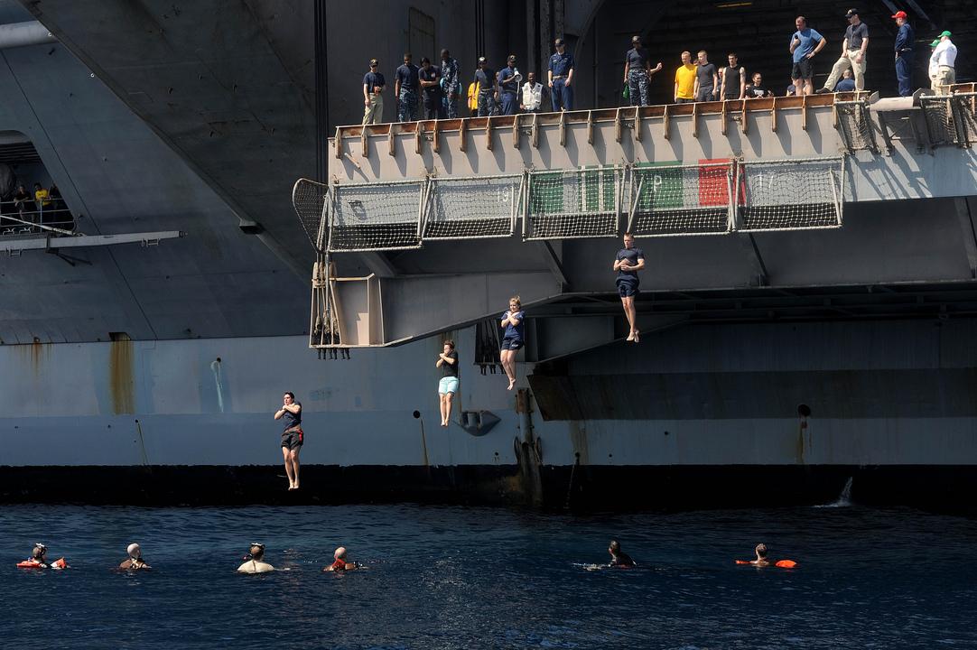 空母ドワイト・D・アイゼンハワーから北アラビア海へ飛び込む海軍兵たち