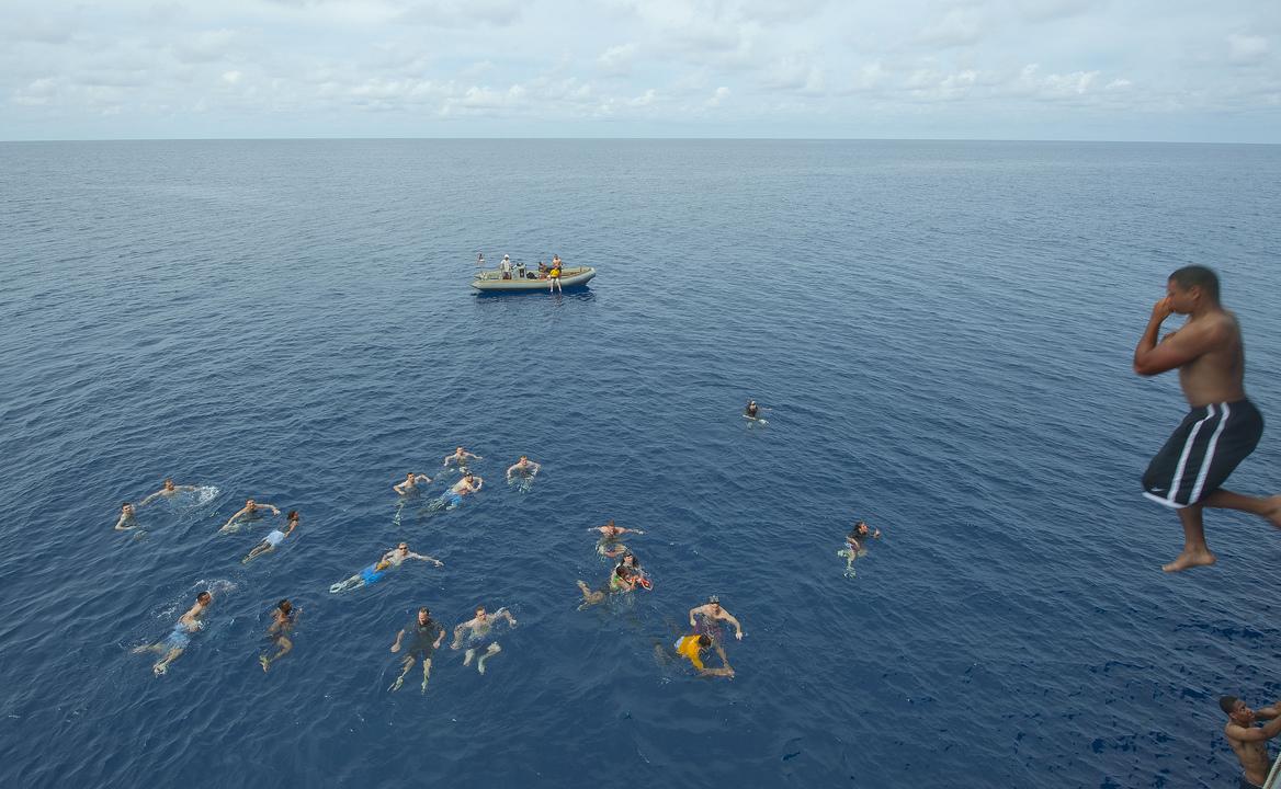 揚陸指揮艦ブルー・リッジの海軍兵たちが海へ飛び込む
