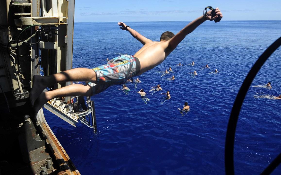 地中海で泳ぐドック型輸送揚陸艦メサ・ヴェルデの海軍兵と海兵隊員たち