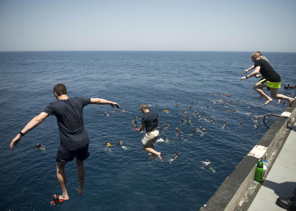 空母ドワイト・D・アイゼンハワーから北アラビア海へとジャンプする海軍兵たち