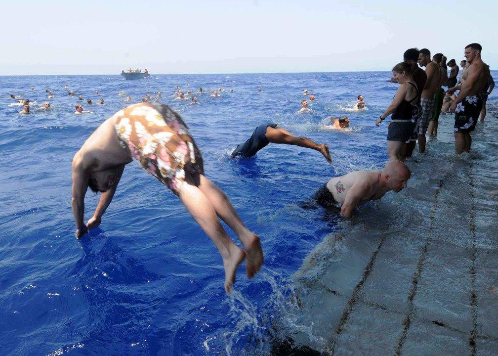 強襲揚陸艦バターンの船尾から地中海へダイブする海軍兵や海兵隊員たち