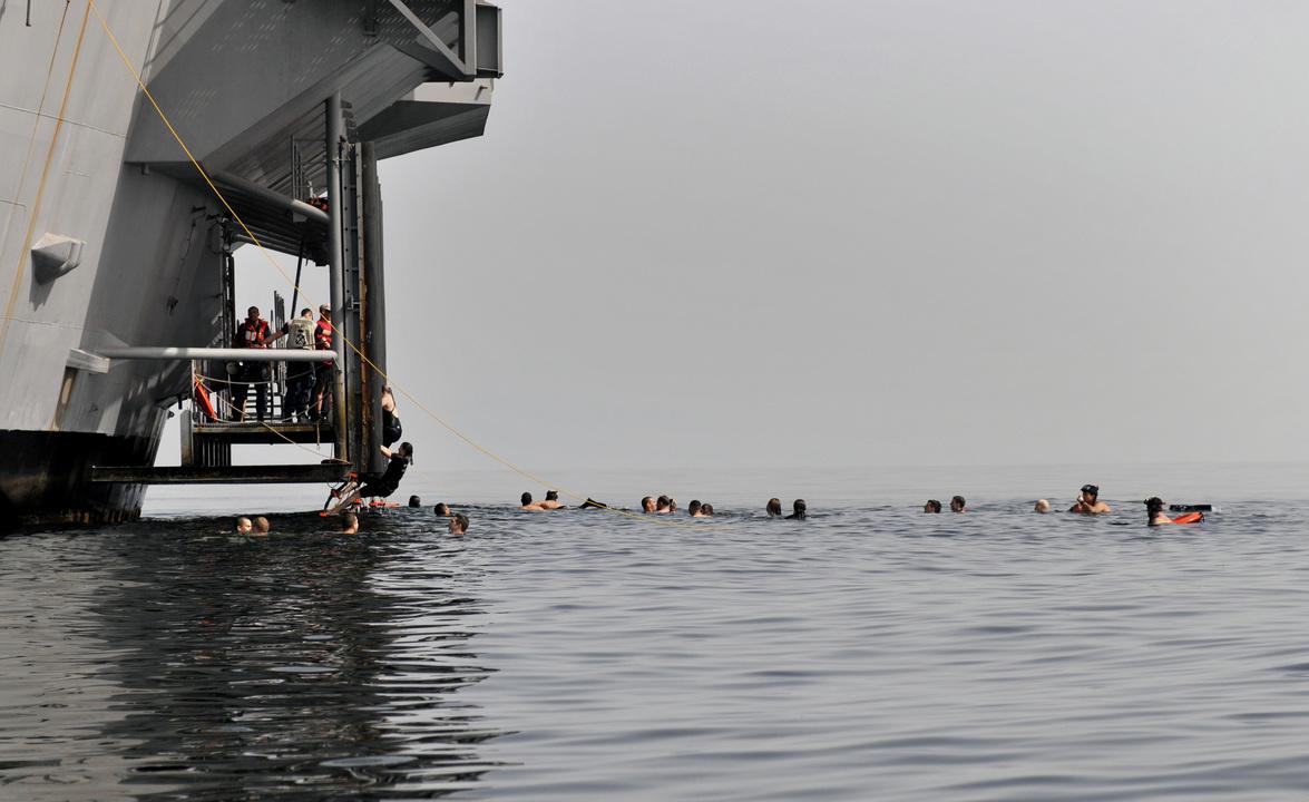 アラビア海で泳ぐ空母カール・ヴィンソン所属の海軍兵たち