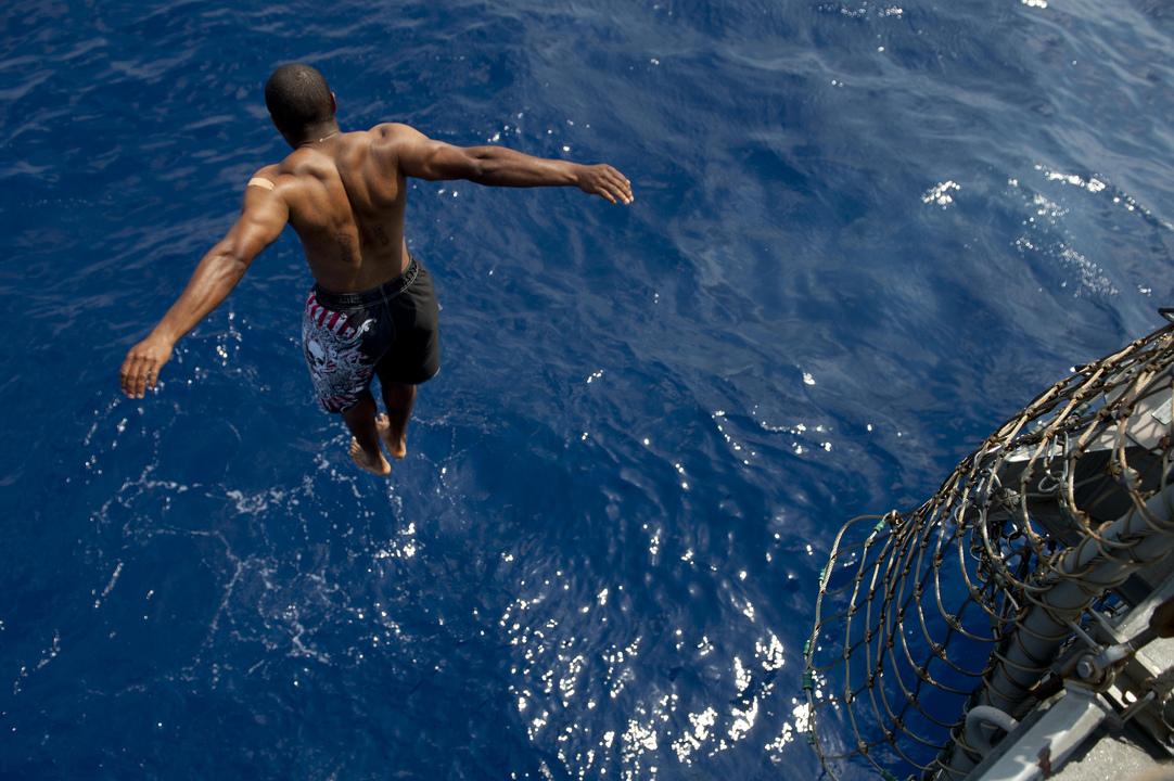 地中海へとジャンプするミサイル駆逐艦ジェイソン・ダンハムの海軍兵