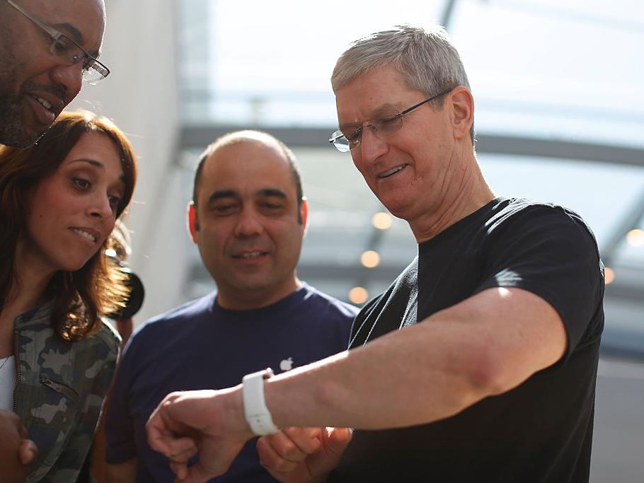 Apple Watchを見せるクック氏