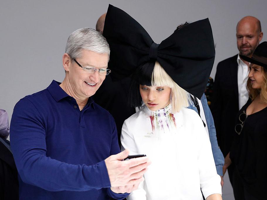 iPhoneを見せるクック氏