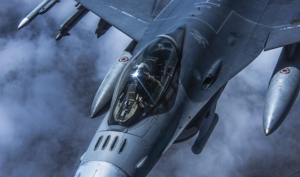 ブームオペレーターに敬礼するF-16のパイロット