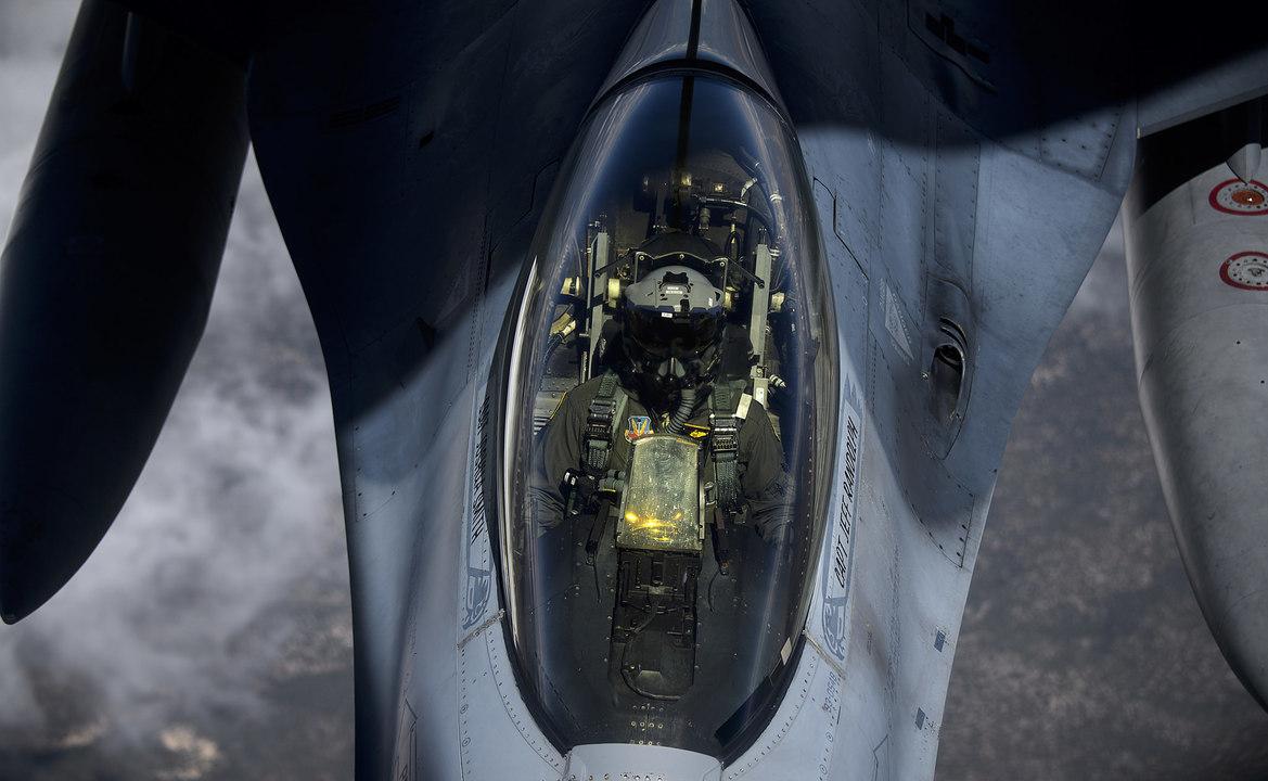 空中給油を受けるF-16