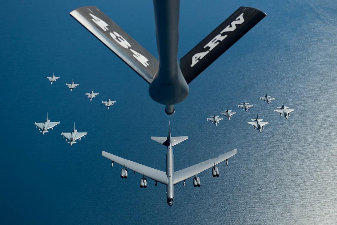 戦闘機を先導するB-52