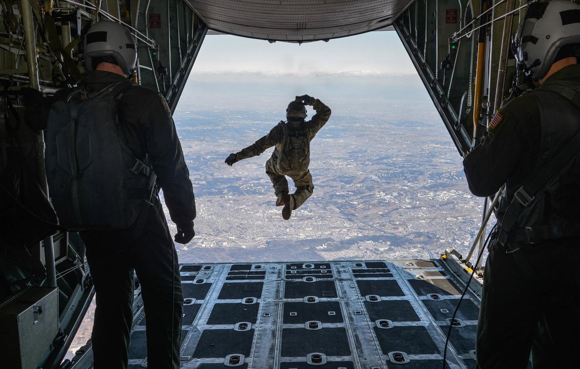 C-130 ハーキュリーズから飛び出す兵士