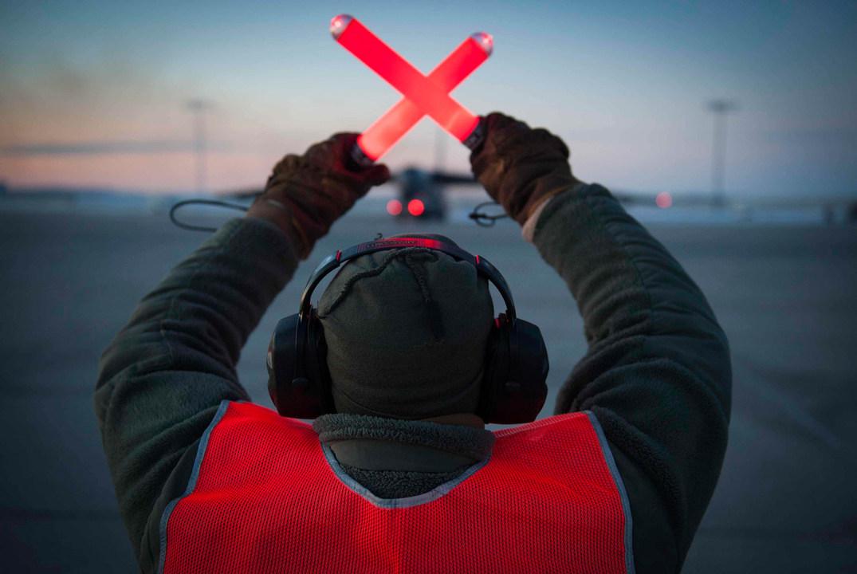 B-52H ストラトフォートレスを誘導する兵士