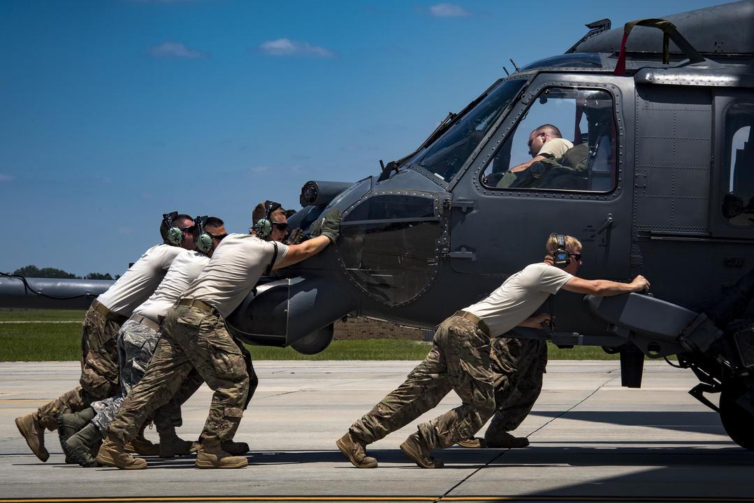HH-60G ペーブホークをC-17に搭載する兵士