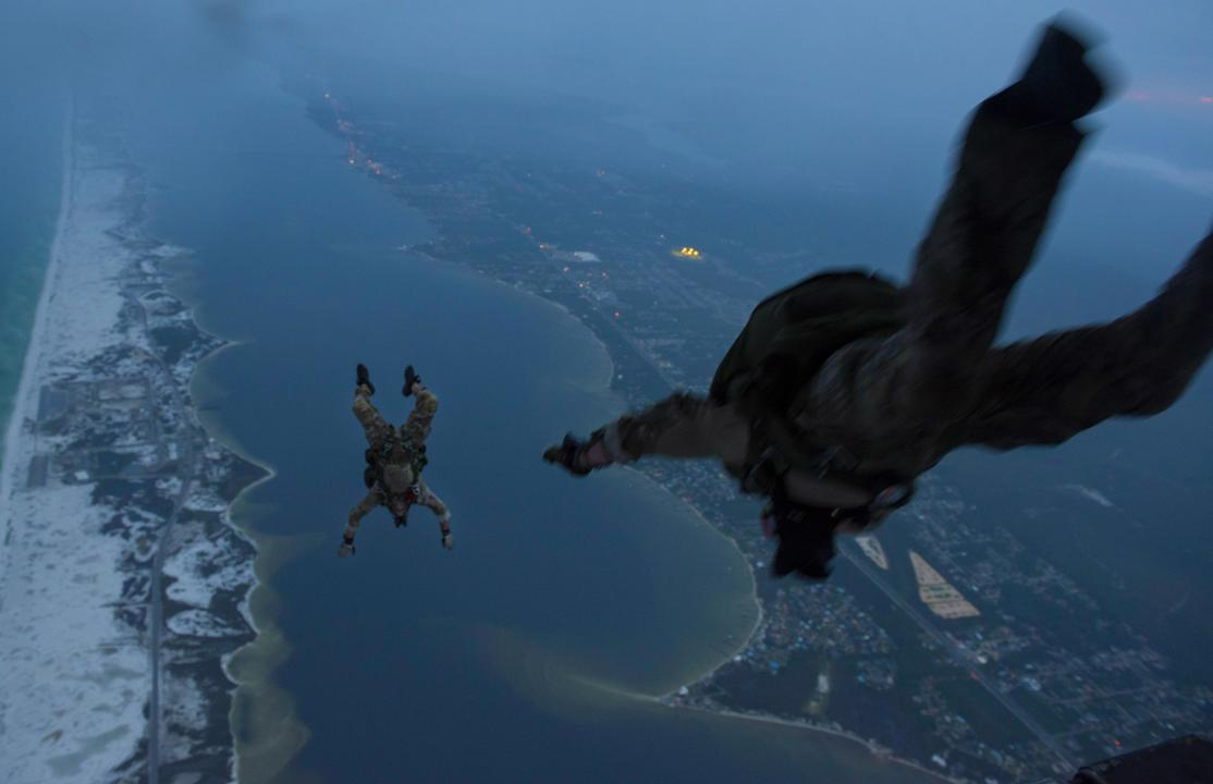 フロリダ北東の上空から降下する兵士