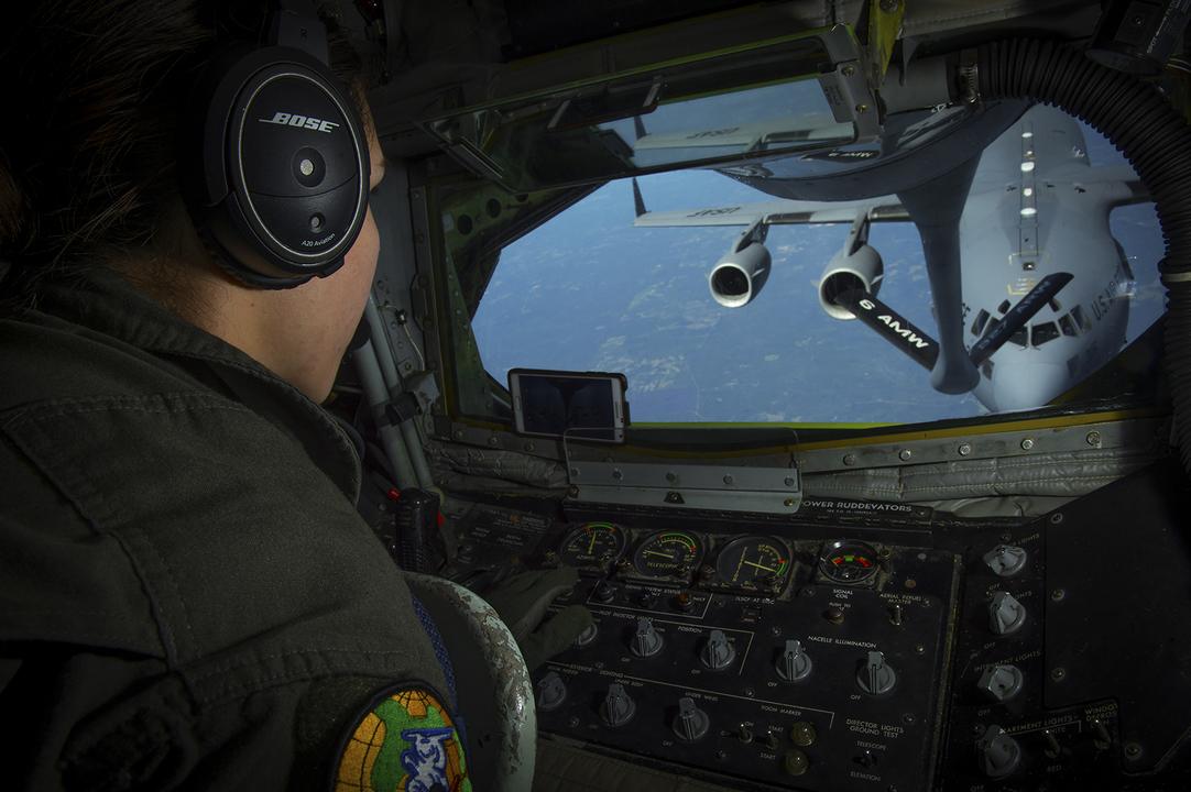 C-17に空中給油を行うためにブームを操作する兵士