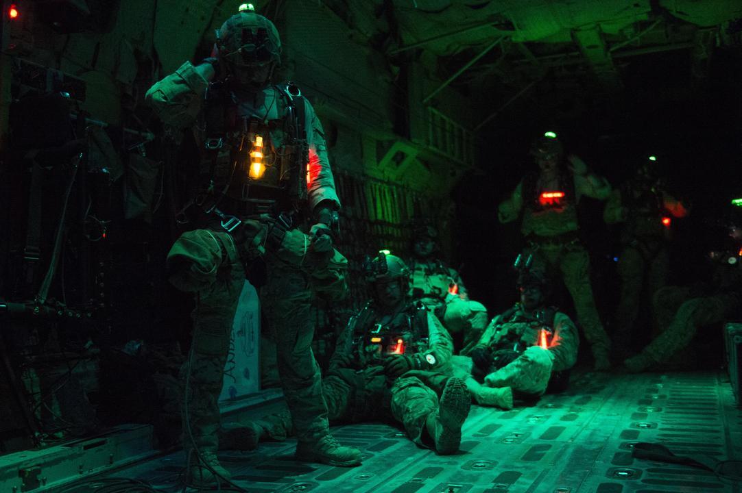 夜間降下に備える兵士