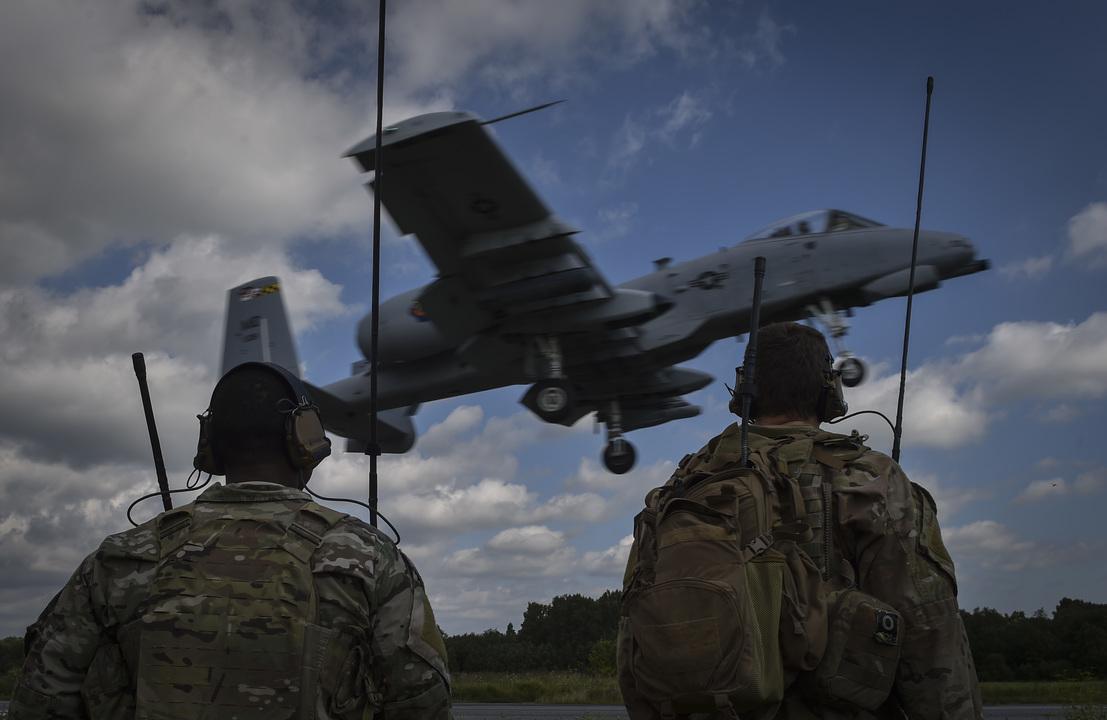 高速道路に着陸するA-10
