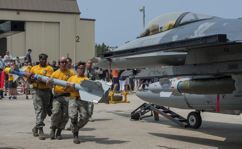 F-16にミサイルを運ぶ三沢基地の空軍兵