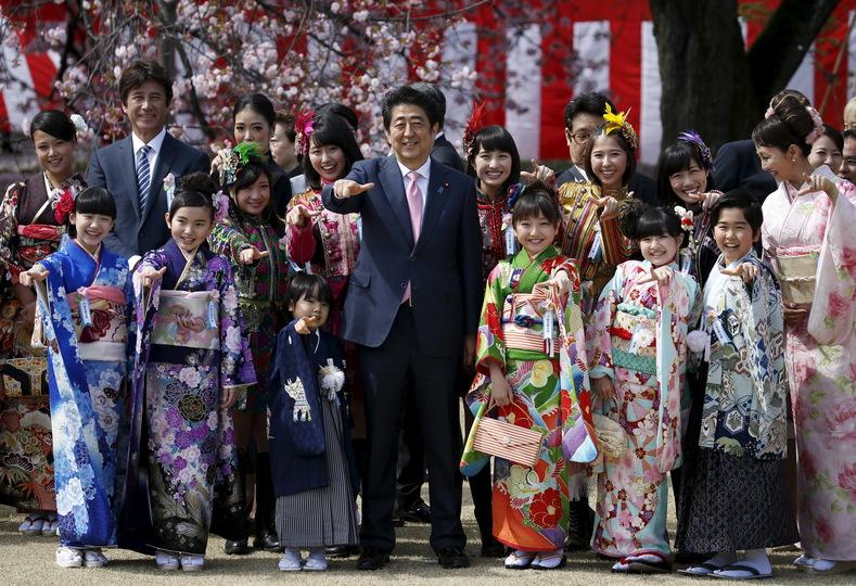 Primer ministro Abe y niños