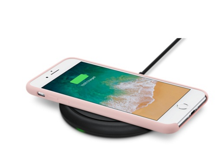 iPhone 8をワイヤレス充電器に載せた様子