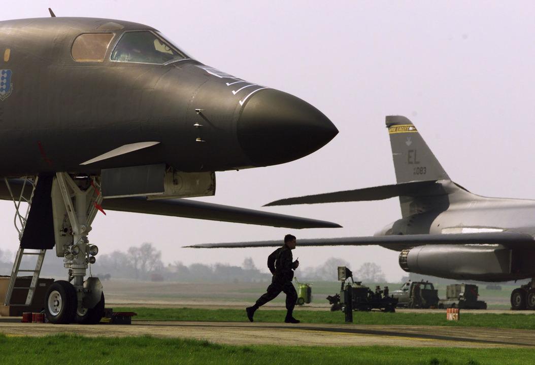 B-1B爆撃機と整備士