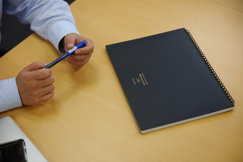 辻庸介氏のノートとペン