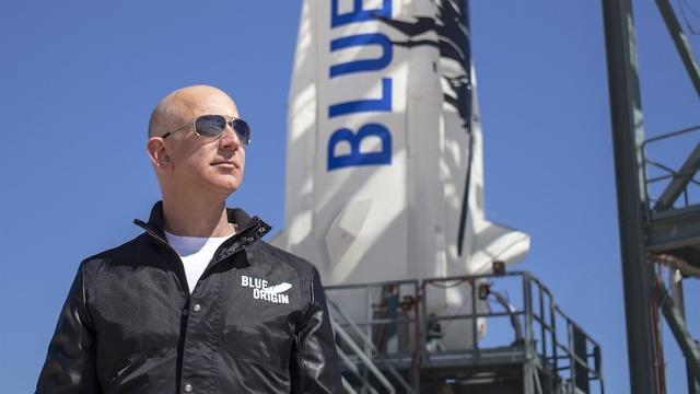 発射台の前に立つ、創立者でアマゾンCEOのジェフ・ベゾス氏。